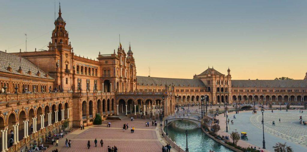 Plaza Mayor de Sevilla al atardecer